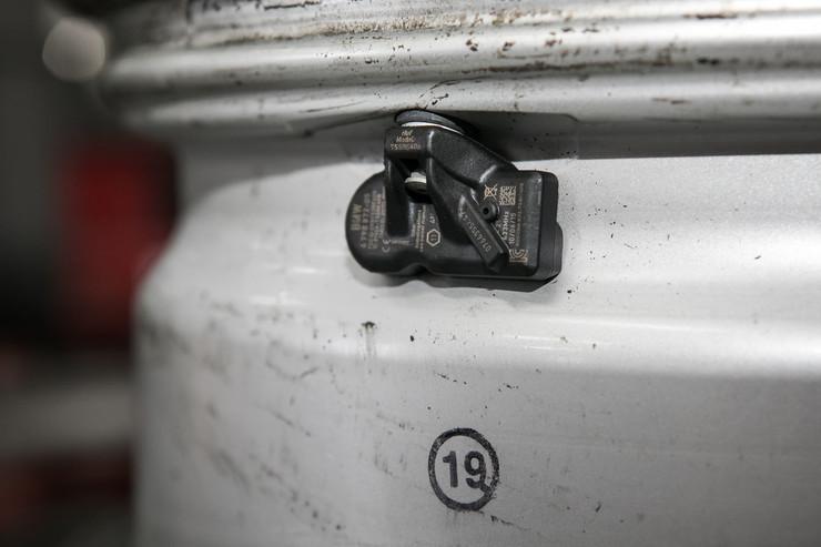 Поврежденные датчики давления в шинах (TPMS)
