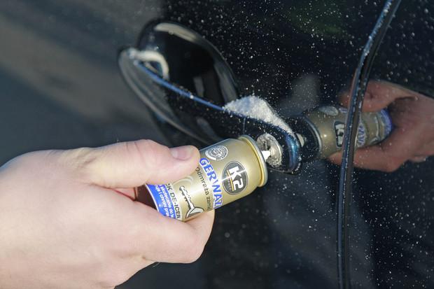 Как открыть замёрший автомобильный замок?
