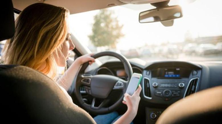 Франция запретила использование телефонов даже если автомобиль без движения