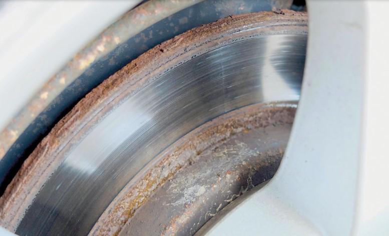 Посмотрите на задние тормозные диски, которые часто ржавые и нуждаются в замене.