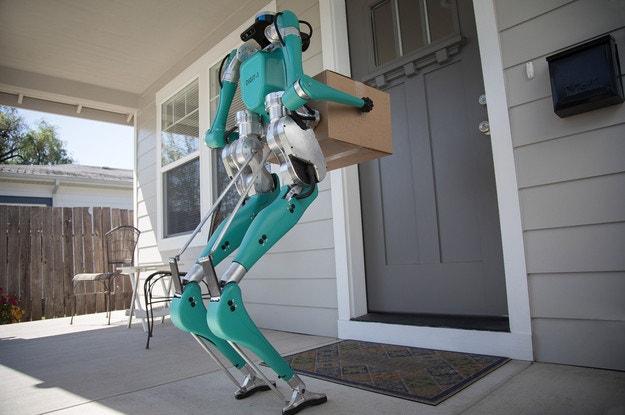 Форд показал робота курьера